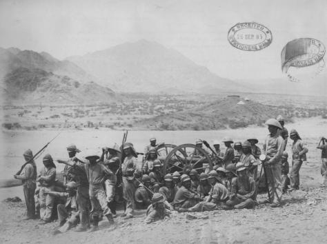 Die Australische Artillerie bei Handoub. Im Hintergrund ist die Schanze auf dem Berg zu sehen. Interessant sind auch die Sonnenhüte, die von einigen Männern getragen werden.